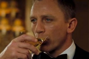 James Bond bebiendo Martini
