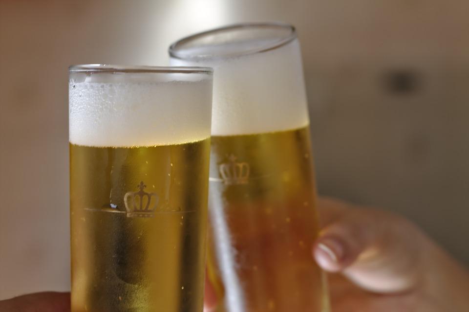 Brindis con cervezas